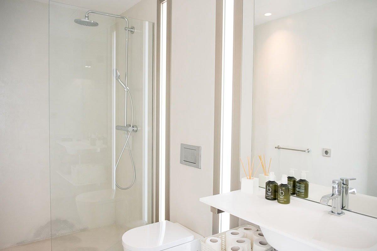 Poolside Room Bathroom